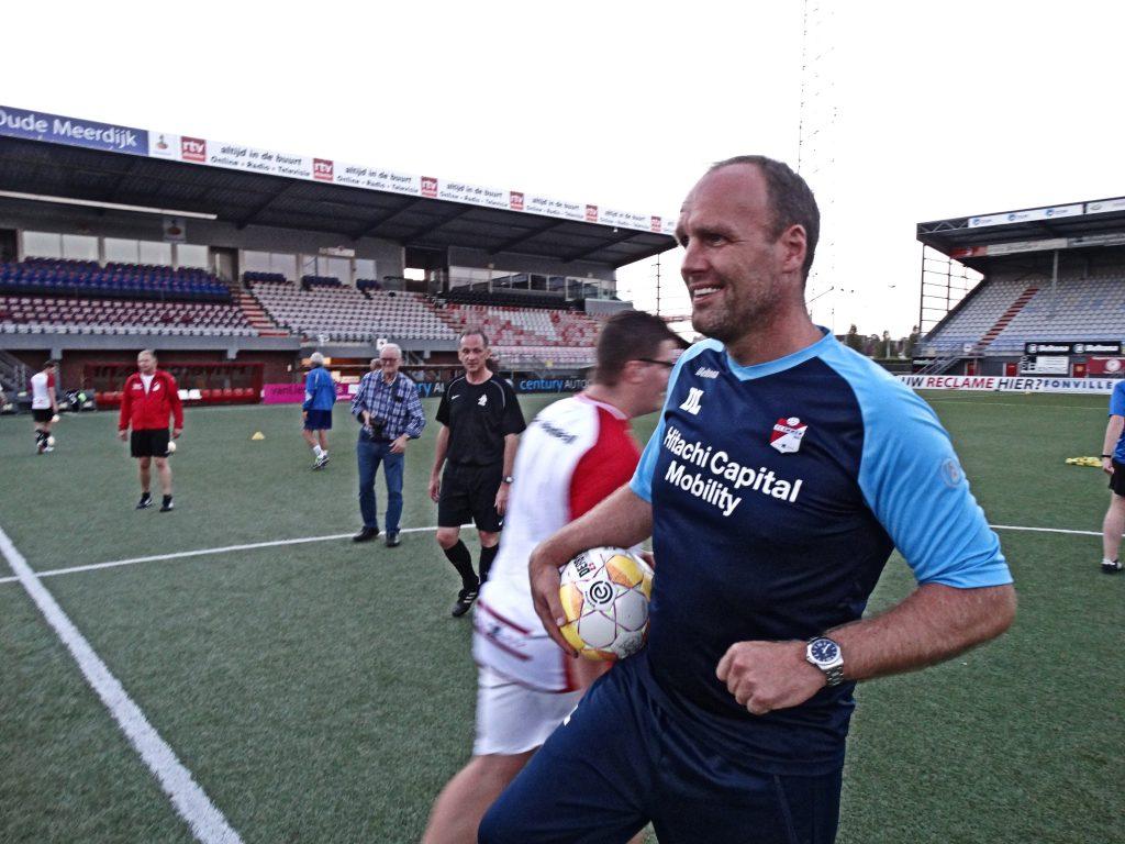 Scheidsrechters trainen op Eredivisie-niveau met Dick Lukkien