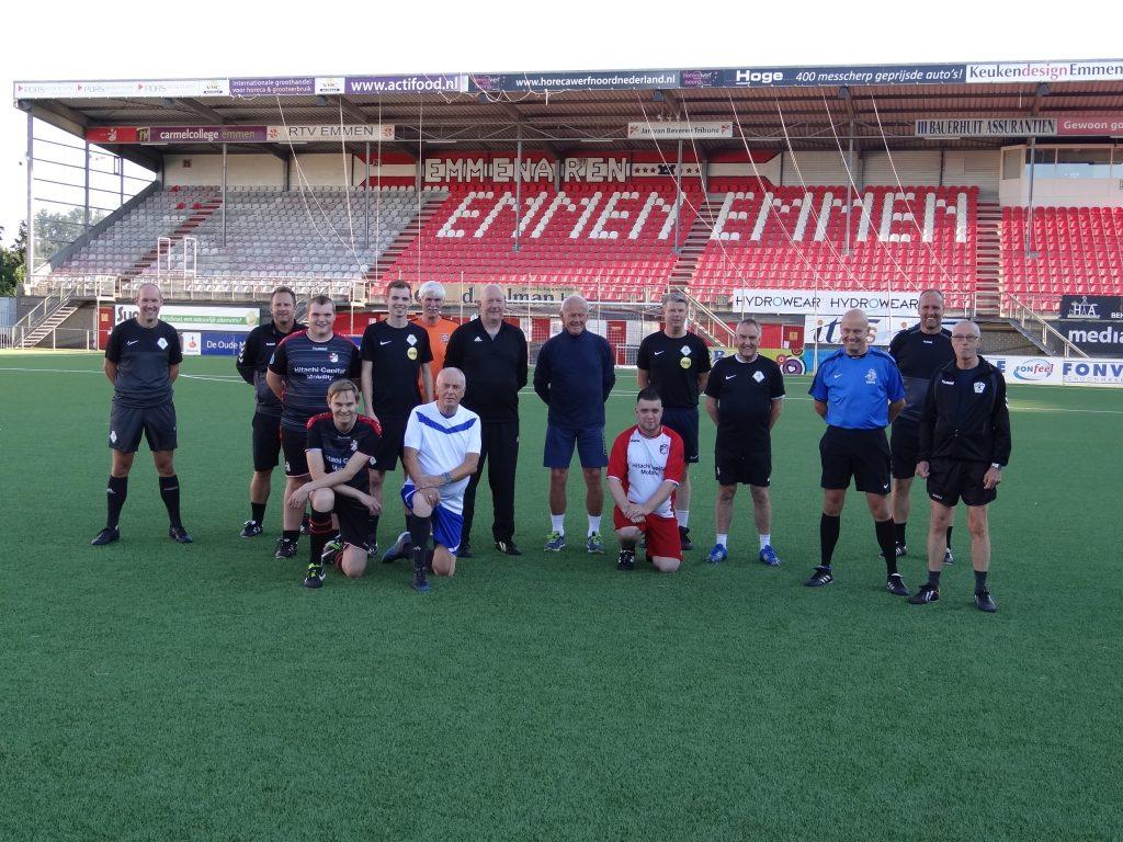 Scheidsrechters lopen warm op training van FC Emmen-coach Dick Lukkien.